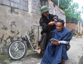 Người đàn ông cắt tóc trên xe lăn