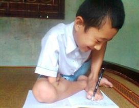 Khâm phục cậu bé viết chữ bằng... chân trái