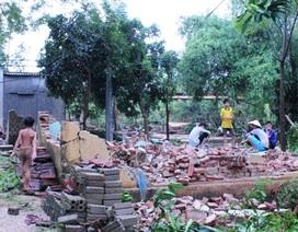 Mưa đá, giông lốc phá hỏng hàng chục nhà dân