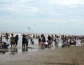 Nắng nóng kéo dài, người dân đổ ra biển giải nhiệt