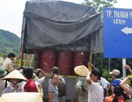 Nghi ngờ xe phi tang thuốc trừ sâu, dân bao vây chặn xe tải