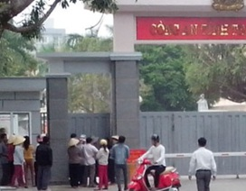 Dân tập trung trước cổng Công an tỉnh yêu cầu giải phóng xe bị bắt