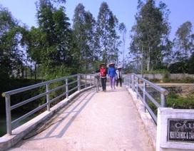 Niềm vui trên cây cầu Dân trí ngày đầu năm