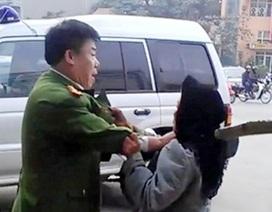 Xôn xao clip người mặc sắc phục công an túm cổ áo cụ già