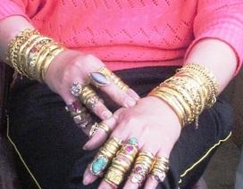 """""""Choáng"""" với hình ảnh người phụ nữ đeo hàng chục cây vàng"""