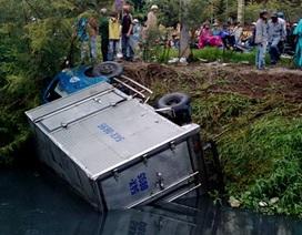 Xe tải gây tai nạn liên tiếp rồi lao xuống kênh