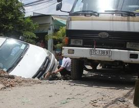 Taxi lọt thỏm hố công trình