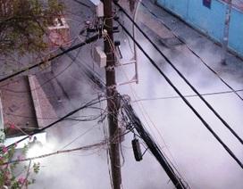 Cột đèn bốc cháy, khu dân cư náo loạn
