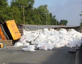 Lật xe container, hàng trăm bao bột mì chặn ngang quốc lộ
