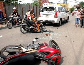 Giằng co với cướp, một cô gái lao thẳng vào đuôi xe taxi