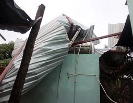 TP.HCM: Mưa lớn kéo theo lốc xoáy, nhiều mái tôn bị gió thổi bay