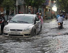 """Mưa lớn """"giải nhiệt"""" Sài Gòn, phố lại thành """"sông"""""""