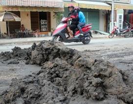 Xe ben thản nhiên bỏ chạy sau khi rải đất kín đường