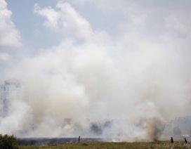 Bãi cỏ bốc cháy, khói bao trùm cả khu dân cư