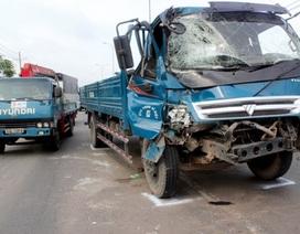 Lao vào đuôi xe buýt, tài xế xe tải may mắn thoát chết
