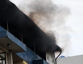 Hàn xì gây cháy, cả khu dân cư náo loạn