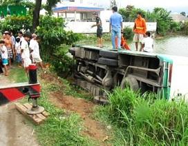 """Xe buýt tông đổ biển báo giao thông, """"bay"""" xuống... ao"""