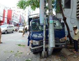 Xe tải mất phanh đâm gãy cột điện