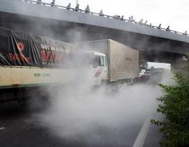 Xe tải bốc cháy sau vụ tai nạn liên hoàn giữa 5 xe ô tô