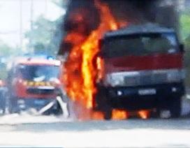 Xe bồn chở xăng bốc cháy dữ dội khi đang chạy