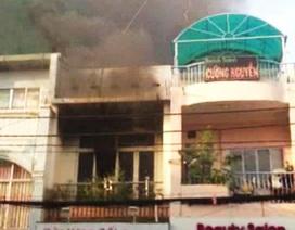 Cháy nhà 2 tầng, một gia đình thoát chết