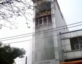 Khách sạn 5 tầng bốc cháy, khách thuê phòng hoảng loạn tháo chạy