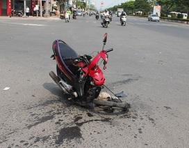 Xe máy tông nhau rơi đầu, một người nguy kịch