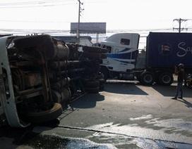 """Hai xe container """"đọ sức"""", một xe lật chắn ngang đường"""