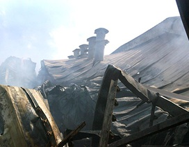 """Công ty gỗ bị lửa """"bao vây"""" hơn 5 giờ, hàng ngàn m2 nhà xưởng cháy rụi"""