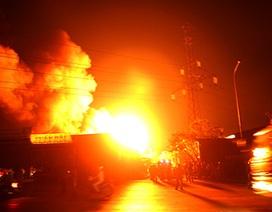 Hơn 100 lính cứu hỏa vật lộn suốt đêm trong biển lửa