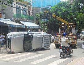 Ô tô 7 chỗ chạy lùi gây tai nạn liên hoàn trên phố