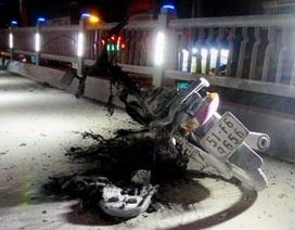 Xe máy bốc cháy khi đang lưu thông, chủ xe thản nhiên bỏ đi