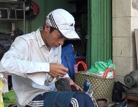 Chàng trai chuyên sửa giày dép miễn phí cho người nghèo