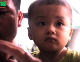 Hai người xưng là người thân xin đón bé trai bị bỏ rơi trên taxi về nuôi