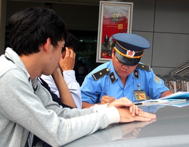 """Taxi Uber bị """"tuýt còi"""" xử phạt hàng loạt trong sân bay"""