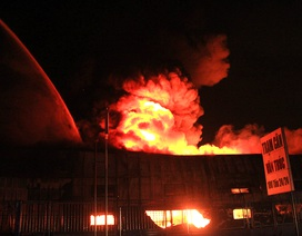 Những thùng phuy nổ văng xa hàng chục mét trong vụ cháy kho chứa sơn