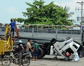 Container phanh gấp, đầu xe văng xuống đường