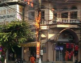Cột điện sát nhà dân bốc cháy dữ dội