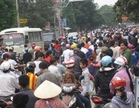 Mang quan tài sản phụ tử vong diễu phố, phá nhà PGĐ bệnh viện