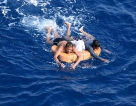 Giây phút ám ảnh kinh hoàng của hai thuyền viên trôi dạt suốt 13 giờ trên biển