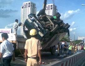 Xe tải chở bia bị lật, cầu Sài Gòn tê liệt