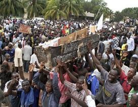 Mali: Tổng thống lâm thời bị người biểu tình đánh bất tỉnh