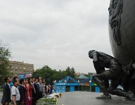 Người xứ Nghệ dâng hoa viếng tượng đài Bác ở Mátxcơva