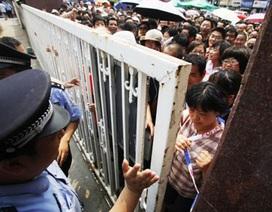 """Trung Quốc: Hàng ngàn phụ huynh """"vây"""" trường thi của con"""