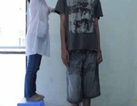 Chàng trai cao 2,03 m