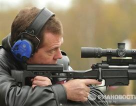 Thủ tướng Nga Medvedev trổ tài bắn súng