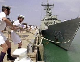 """Trộm táo tợn đột nhập tàu hải quân Australia """"nẫng"""" vũ khí"""