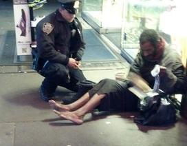 Bức ảnh về tình người cảm động của một cảnh sát New York