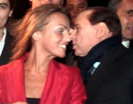 Cựu thủ tướng Italia Berlusconi đính hôn với người đẹp kém 50 tuổi