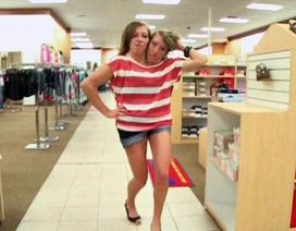 Theo chân cặp song sinh dính liền đi mua sắm